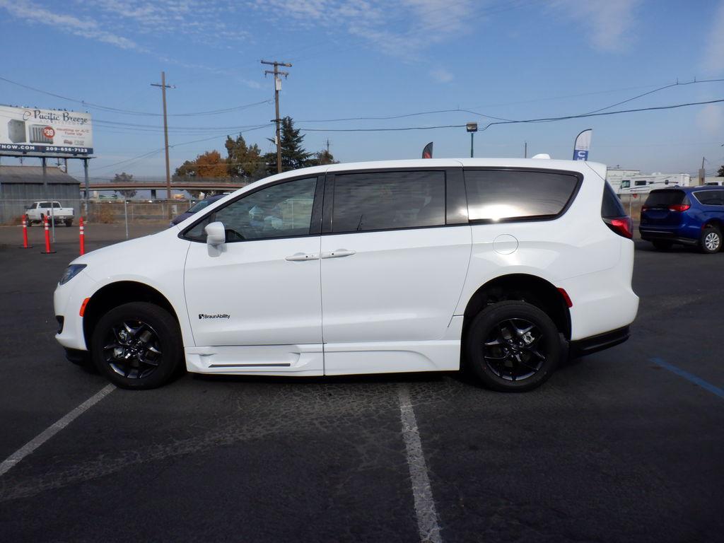 NEW 2020 Chrysler Pacifica Touring left